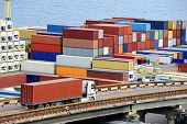 recipiente de transportes de caminhão para um armazém perto do mar