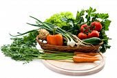 Bio-Gemüse in Korb auf weißem Hintergrund