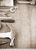 herramientas e instrumentos en el tablero de madera en sepia