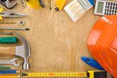 herramientas en textura de fondo de tablero de madera