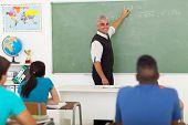 alegre profesor envejecido medio, enseñanza de las matemáticas de la escuela secundaria en el aula