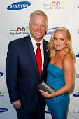 NUEVA YORK-mayo 29: Jugador de la NFL Boomer Esiason e hija Sydney asisten el Samsung Hope for Children