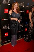 LOS ANGELES - 16 de JUN: Catherine Bach chega no 40º Daytime Emmy Awards no Skirball cultura