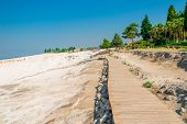 Ood Flooring To The Attraction Of Pamukkale And The Crowd Of Tourists