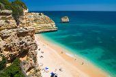 Playa pintoresca Praia da Marinha, Algarve, Portugal