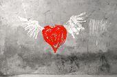 Постер, плакат: Красное сердце с крыльями граффити гранж цемента стену
