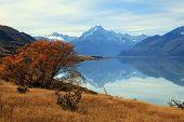Paisagem de montanha Cook com sua reflexão do Lago Pukaki