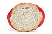 un sándwich de salami, sobre un fondo blanco