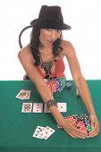 Mulher sexy sexy baixo corte a blusa vermelha e chapéu fedora preto jogar Texas Hold ' hum poker n genérico