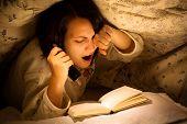 Bocejo mulher lendo um livro