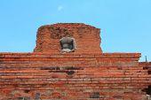 Kopflose und armlose Buddha Bilder sitzend in einem zerstörten Tempel in Ayutthaya, Thailand