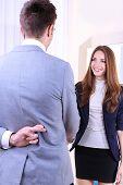 Geschäftskollegen, schüttelte Hände und einer von ihnen Kreuzung Finger hinter dem Rücken