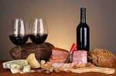 Exquisite stilleben von Wein, Käse und Fleisch-Produkten