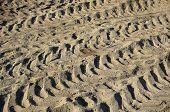 rastros de la máquina en el fondo de la superficie de la tierra