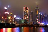 Hong Kong bei Nacht und Reflexion auf dem Wasser