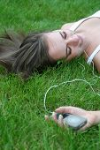 Frau Lying On Grass Musik hören