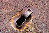 Buraco de bala em um painel de aço antigo