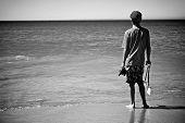 Постер, плакат: Мальчик на пляже