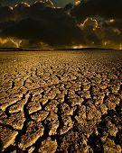 Terra seca e as nuvens escuras