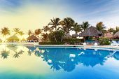 Piscina tropical al amanecer en México
