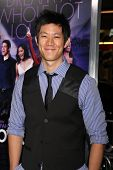 LOS ANGELES - 9 de JAN: Roy Huang llega en el estreno de