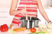 Постер, плакат: Картина домохозяйка подготовка суп в горшок на кухне