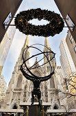 NEW YORK CITY, NY - 30 de dezembro: Estátua de Atlas e a Catedral de St. Patrick, em 30 de dezembro de 2011 em Nova Yor