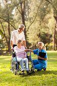 ziemlich Ärztin Gruß erholt senior Patienten im Rollstuhl im freien