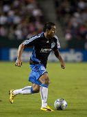 CARSON, CA. - 17 de outubro: Arturo Alvarez em ação durante o Chivas EUA vs San Jose Earthquakes m