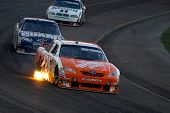 AVONDALE, AZ - APRIL 18: Joey Logano #20 führt Dale Earnhardt Jr. #88 im NASCAR Sprint Cup-Rennen