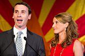 PHOENIX, AZ - 2 de novembro: Congressista Ben Quayle e sua esposa, Tiffany, comemoram a vitória na Rep. Qu