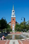 New England Kirche gegen brillant blauen Himmel