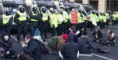 Londres - 9 de DEC: Manifestación de estudiantes contra subidas de honorario de la Universidad en frente de las líneas de la policía en el
