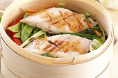 Fisch mit Gemüse gedämpft