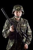 Soldado armado agarrando M16