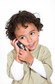 Cute Kid hablando por un teléfono celular