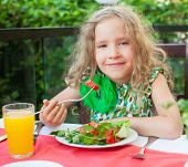 picture of pre-adolescent child  - Child at cafe - JPG