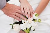 ������, ������: Hands and rings on wedding bouquet