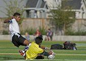 Jongens Hs Varsity voetbal Keeper duiken voor de bal