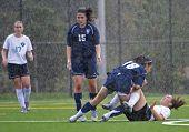 Meisjes Hs Varsity voetbal In de regen.
