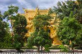 Wat Rong Khun, Golden Lavatory View.