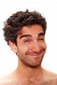 Hombre con una feliz expresión facial