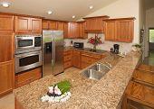 Cocina moderna con electrodomésticos de aluminio cepillado.