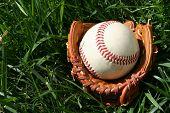 Un guante de béisbol con una pelota de béisbol