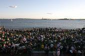 NEW YORK - Juli 1: Publikum Mitglieder zusehen, wie Blues-Sänger, die John Hammond mit seiner Band am Wag ausführt
