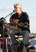 NEW YORK - Juli 1: Blues-Sänger, die John Hammond im Wagner-Park am 1. Juli 2010 in New York Cit führt