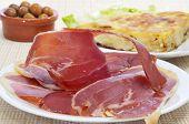 algunas tapas españolas, como la tortilla de patatas, jamón serrano y aceitunas