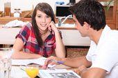 Jugendliche Überarbeitung zu Hause