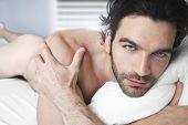 Постер, плакат: Портрет сексуальные обнаженные мужчины в постели
