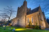 Постер, плакат: Церковь Святой Троицы аббатства в городе Adare ночью графство Лимерик Ирландия